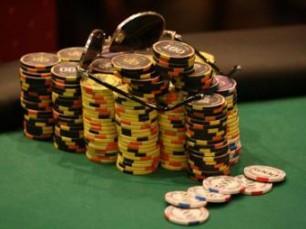 Como Jogar com Muitas Fichas nos Torneios de Poker