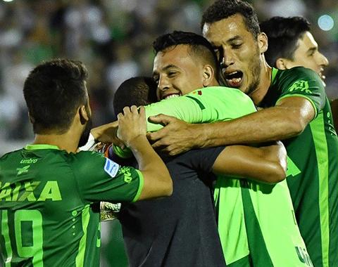 Queda de avião de Chapecoense deixa futebol de luto